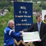 Magne B Haraldstad overreker en sjekk på 100.000,- til klubbhuset