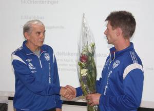 Olav får tildelt blomster og en takk for god innsats som leder i Moi IL.