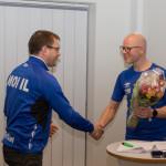 Elling Skåland takker Lars Kristian Eikeland for innsatsen som leder i Moi IL 2015-2017